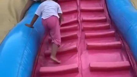 童年趣事:小宝贝好厉害啊!爬呢么高!