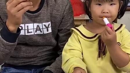 趣味童年:小萌娃你怎么吃口红呀