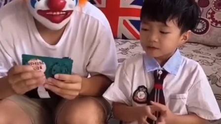 童年趣事:小丑好坏啊,居然抢我的零食吃