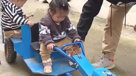 童年趣事:开拖拉机带着弟弟出去玩啦