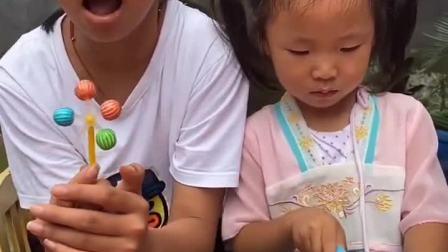 童年趣事:趁妹妹不注意赶紧偷吃了她的糖