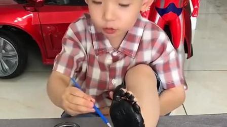 童年趣事:儿子太皮了,把脚丫子都涂黑了!