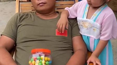 童年趣事:爸爸睡着了都不把糖放下