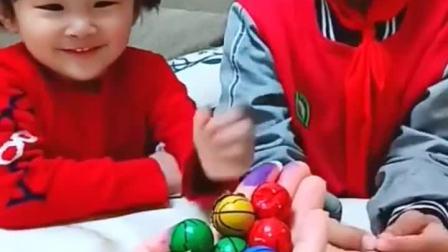 童年趣事:妈妈买了小球球,哈,是巧克力呀