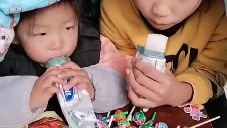 童年趣事:两姐妹在被子里偷吃零食