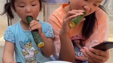 童年趣事:吃个黄瓜蘸酱,真好吃