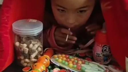 亲子游戏:藏在被窝里吃糖