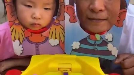 趣味生活:爸爸和小宝贝在玩什么