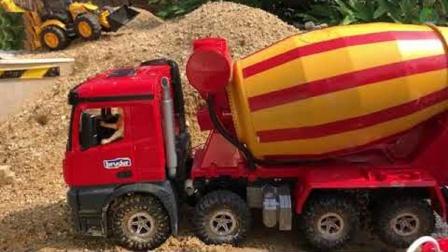拖拉机为水泥搅拌机加油