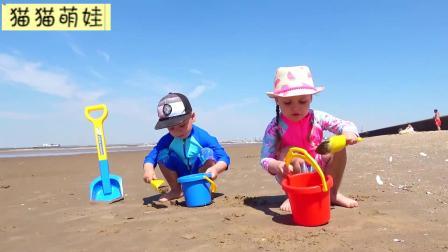 哥哥带妹妹玩沙子,好开心呀!