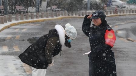 当风雪中工作的人们收到陌生人送来的暖宝宝,他们的笑容太美了