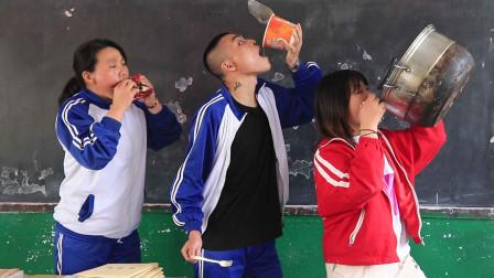 """学生课堂偷吃泡面,没想老师直接用锅比学生更""""夸张"""",太逗了"""