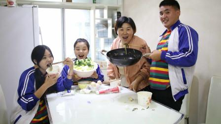 老师过生日,同学们自制火锅还为老师精心准备了礼物,太温馨了