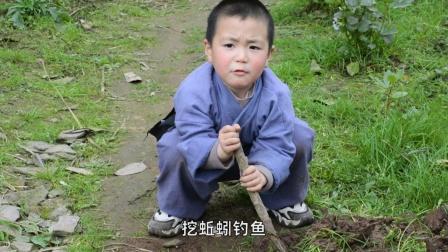 四岁小孩钓鱼被叔公骂,不料小孩出损招,把鱼塘扔满尿不湿