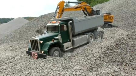 挖掘机太强势了给卡车装载小石块 趣味益智