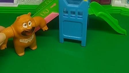 熊二发现滑梯要坏了,可是乔治非要去玩,乔治太贪玩了