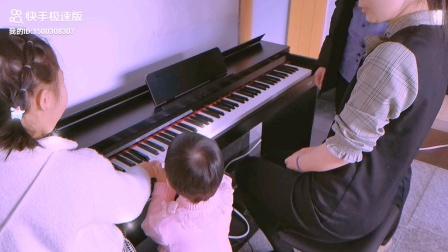 大宝二宝玩钢琴