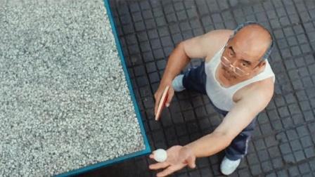 美国男孩第一次来中国,和公园大爷打起乒乓球,被打到怀疑人生!