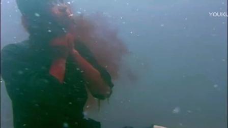 一刀捅死一个好汉,尸体蹬腿浮在水里不动了。