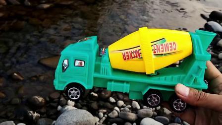 户外寻找工程车和小汽车玩具,装载车、运输车、箱货车玩具