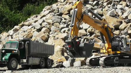 演示大型挖掘机给自卸车装石子真棒