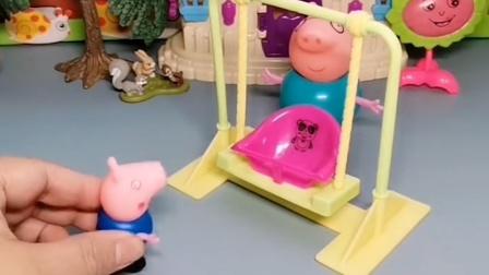 猪爷爷在院子里坐着,猪爸爸把猪爷爷踢走了,猪爸爸劲儿真大