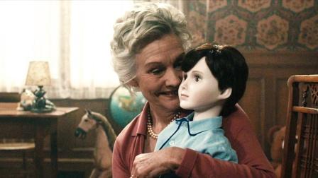 老人把瓷娃娃当儿子,月薪十万请美女照顾