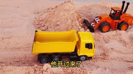 蓝色和黄色自卸车拉沙土铺路真好玩
