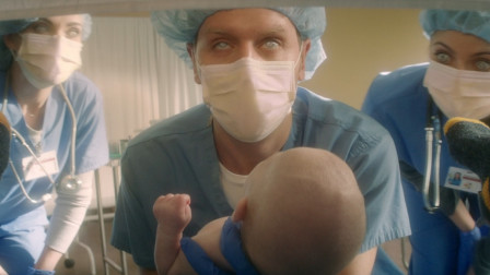 一出生就帅死3个医生的人,余生只能脸缠绷带,谁看到他脸就被帅死