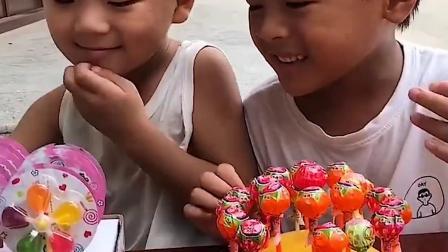 美好的童年:哥哥和弟弟有好多棒棒糖吃了