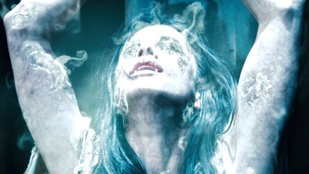 吸血鬼公主爱上狼人,被父亲发现后,绑在太阳下晒成了灰烬