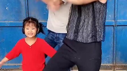 美好的童年:小小萌娃的舞台表演