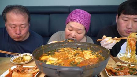 一锅排骨汤我们没有吃饱,又加了粉条、泡面和炒饭,真太享受了!