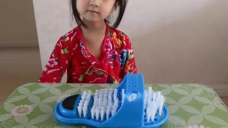 搞笑萌娃:可以变大变小的拖鞋