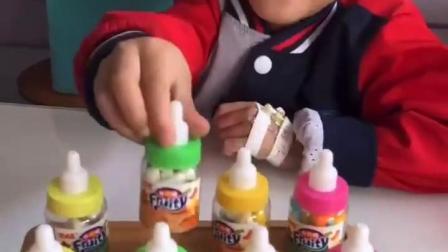 亲子趣事:奶嘴糖看着就很好吃的样子