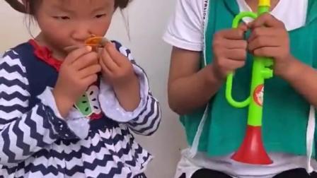 欢乐亲子:小宝贝吹的小喇叭真好听