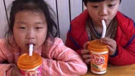 欢乐亲子:宝贝怎么又在偷喝奶茶呀