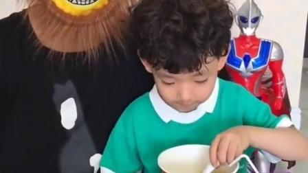 欢乐亲子:宝贝的面太长了不好吃,狮子大叔来帮忙