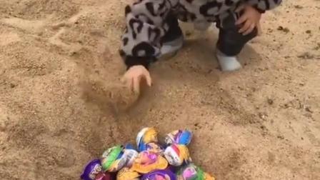 欢乐亲子:小宝宝居然把奇趣蛋都埋了