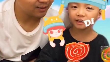 欢乐亲子:小宝贝对爸爸太好了,把好的棒棒糖让给爸爸吃