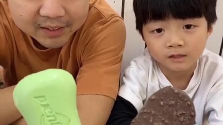 趣事的童年:妈妈给宝宝的雪糕,他们自己摸