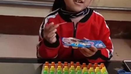 趣事的童年:小姐姐吃果冻啦!妹妹也想吃