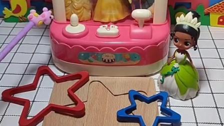 青蛙公主老是欺负白雪,贝儿不让青蛙公主进娃娃机,阻止青蛙公主