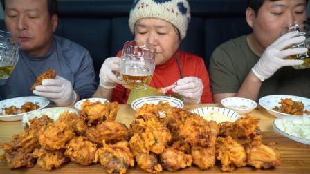 一家人享用妈妈做的土豆混合炸鸡,新品种新味道,吃起来太香了!
