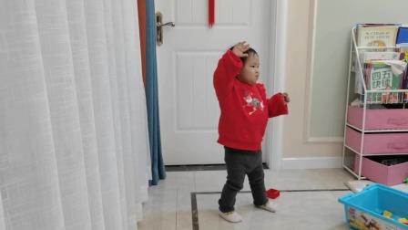 今天两周岁过生日的小姑娘听到优秀少年的这首歌舞动起来
