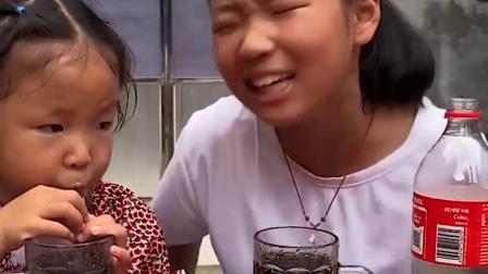 美好的童年,姐姐和妹妹喝可乐咯