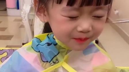 美好的童年:可爱的萌宝又叫爸爸帮她剪刘海