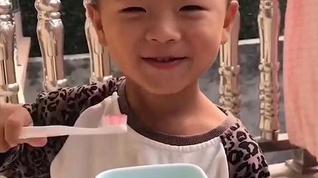 美好的童年:小萌娃要刷牙咯