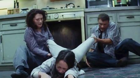 父母把亲生女儿扔进烤箱,看似狠毒的行为,真相却令人震惊!