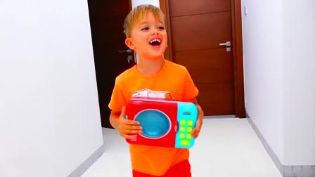 儿童亲子互动,小正太跟哥哥一起用电烤箱,给大恐龙烤面包